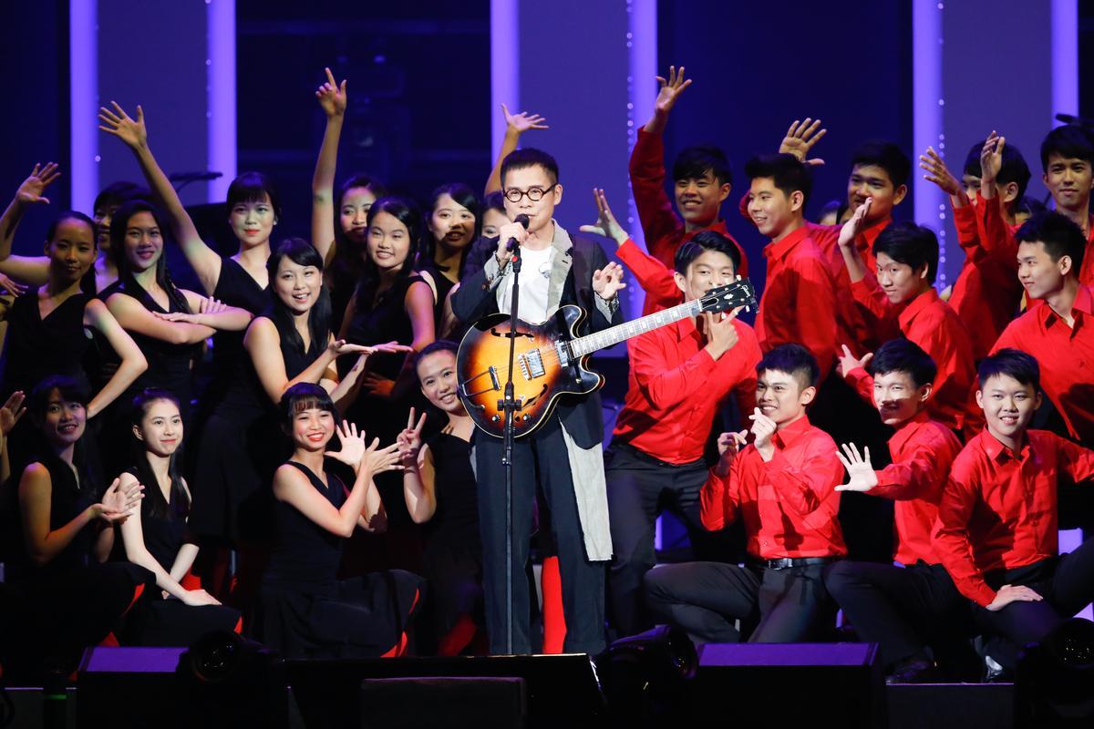 羅大佑特別找了台大合唱團一起演出。