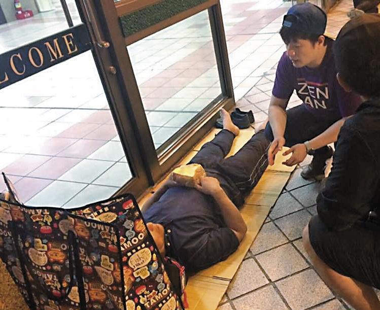 程郁盛(右)任職人安基金會,常需訪視睡在街頭的遊民。(翻攝自人安基金會-新北平安站臉書)