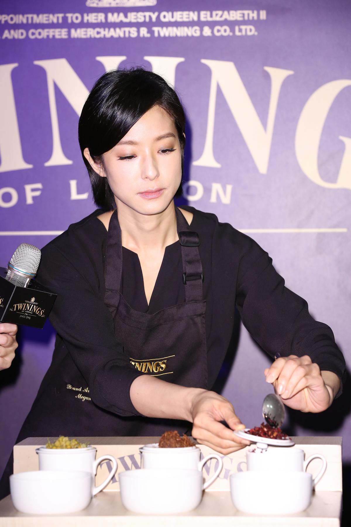賴雅妍經過專業培訓,現場示範品茶。