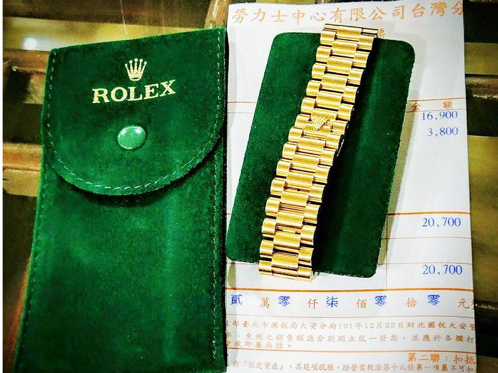 隨著服務費調漲,這幾年ROLEX在洗油後除附上發票外,另附贈精美的綠色絨布錶套一只,較過去僅提供塑膠套稍有進步。