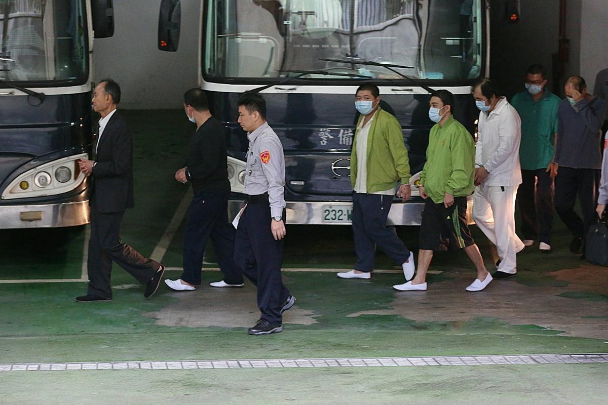 新北市議員周勝考(著白衣)及前營建署主秘洪嘉宏(遮臉者)也被提訊。