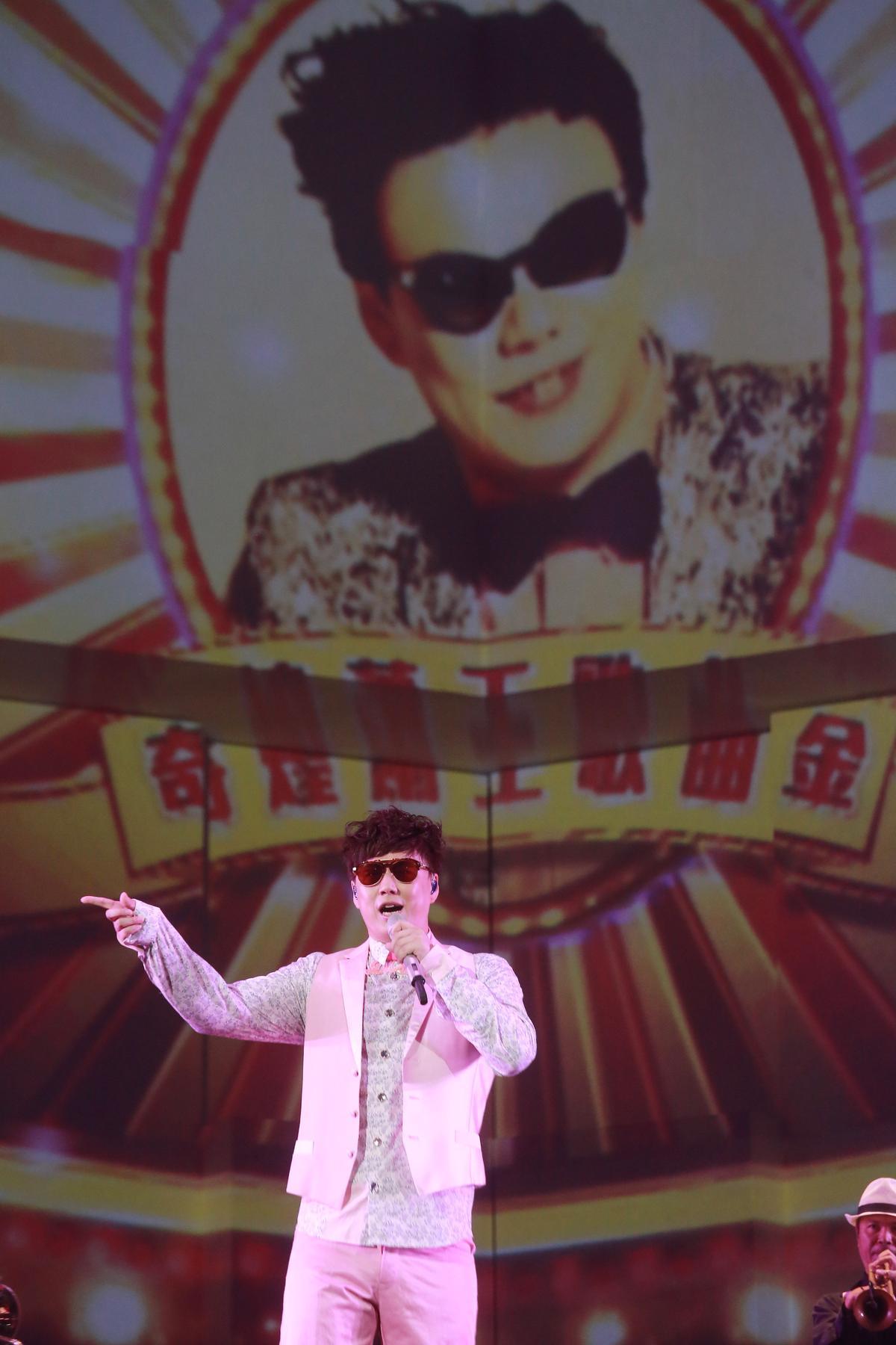 蕭煌奇是首位站上台北小巨蛋舉辦個人演唱會的視障歌手,整場演出將歌詞、走位、舞蹈都記在腦中完美演出。(華納提供)