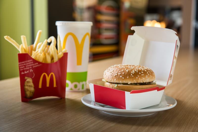 麥當勞最經典的餐點組合:大麥克、薯條和飲料。