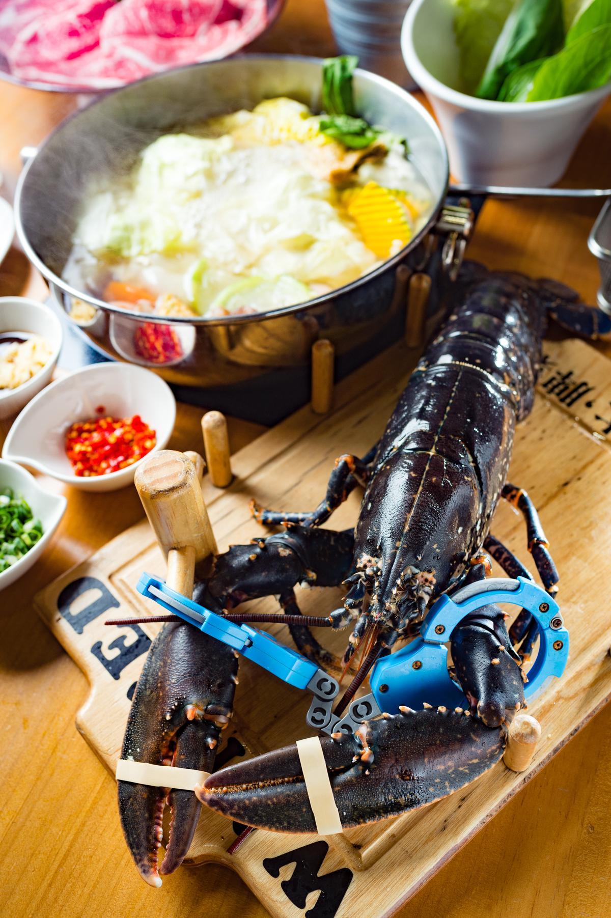 被譽為深海藍寶石的「法國藍龍蝦」,肉身相當細緻甜嫩且蝦味濃郁。(3,198元/雙人套餐,價格會依海鮮大小、時價做調整。)