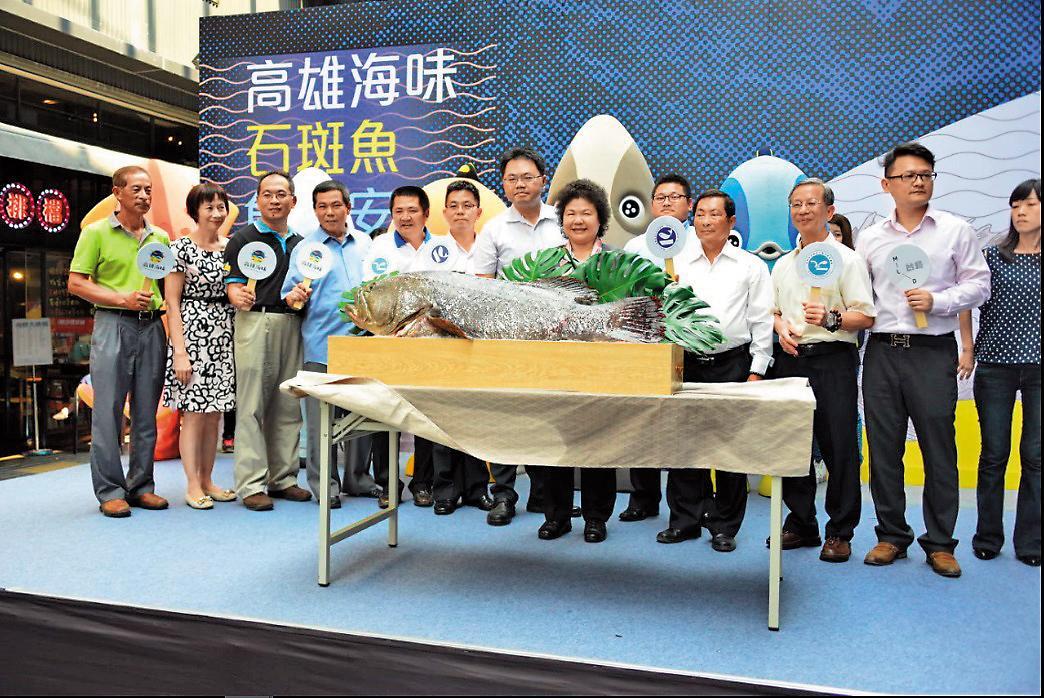 王端仁(左7)深受高雄市長陳菊倚重,直接從幕僚派任海洋局長。(翻攝海洋局官網)