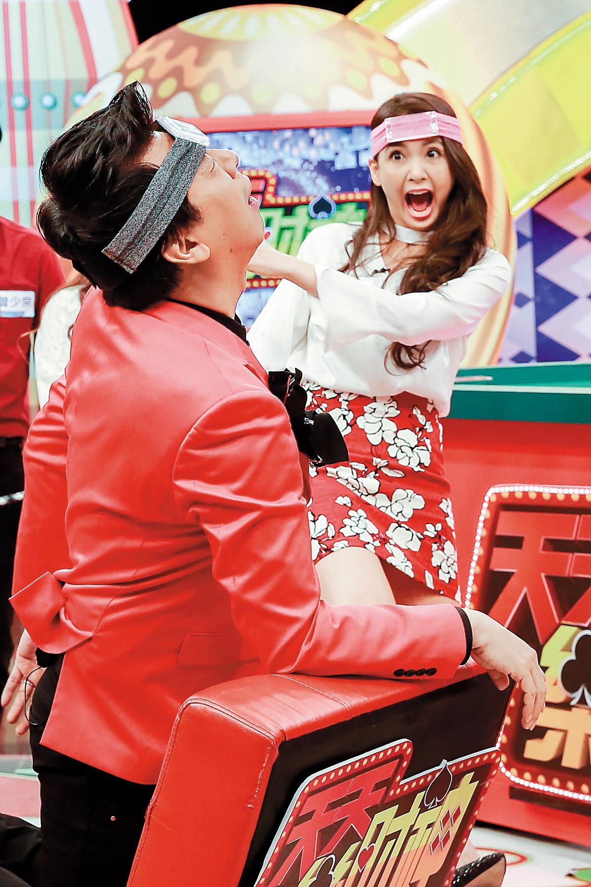 韋汝身為單親媽媽如今還得狂上綜藝節目賺取家用,孩子的爸跟她口中的「庸脂俗粉」空姐范璧如穩定交往中。