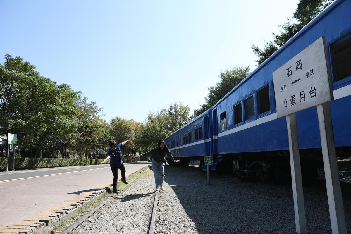 「0蛋月台」有廢棄的扶輪列車停放。