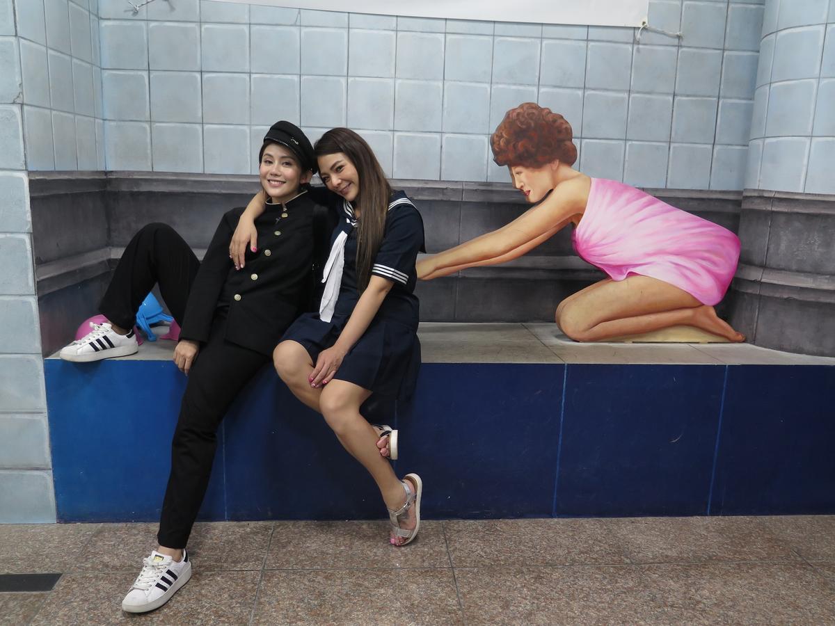 小甜甜(右)與王宇婕在青春博物館換上高校服玩到瘋。(亞洲旅遊台)