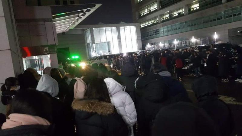 韓國建國大學附設醫院外面聚集大批媒體,剛剛官方證實金鐘鉉死訊,讓在現場的粉絲們希望落空。
