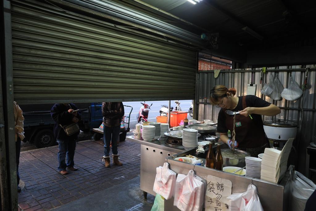 離開店還有10分鐘,半開鐵捲門外已有客人等著用餐。