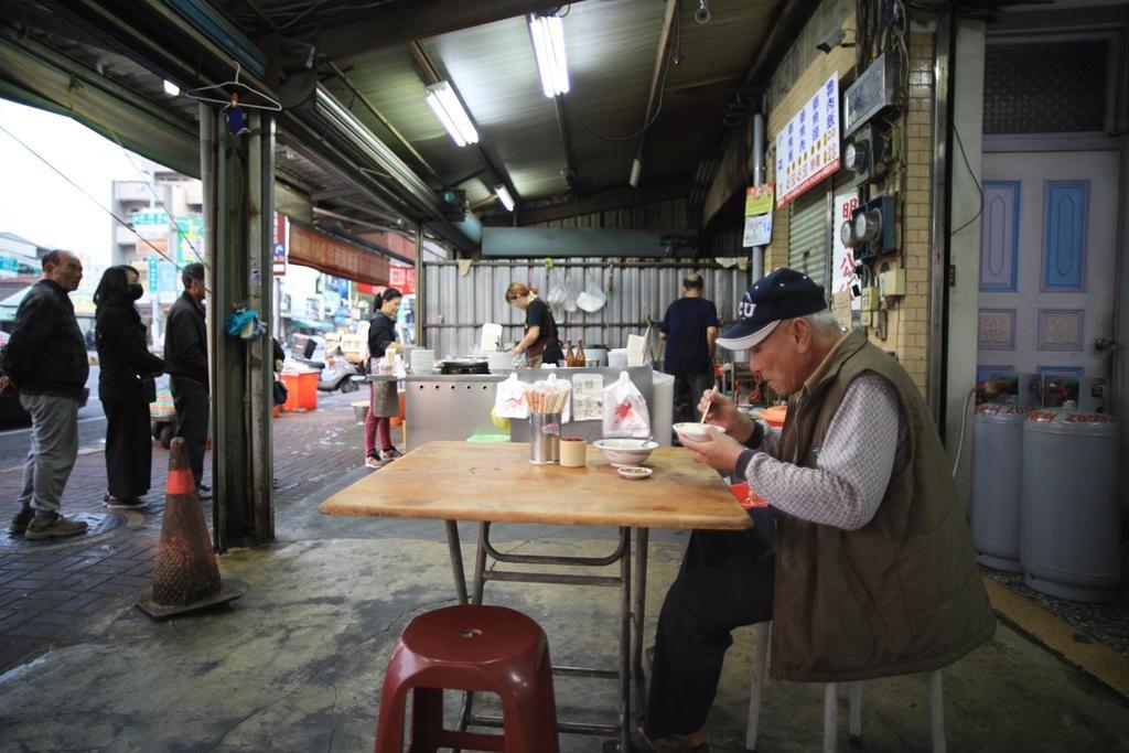 草魚湯配魯肉飯是在地人的超值套餐。