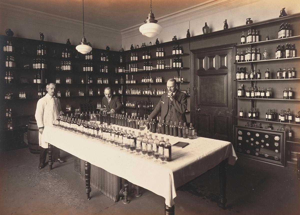 從過去到現在,帝王企業就很重視原酒調配的程序,挑酒、調酒一點都馬虎不得。