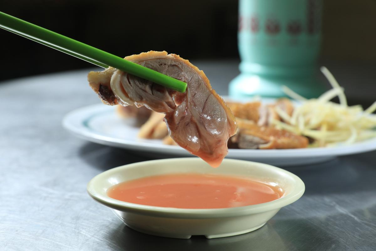 「紅燒鴨肉」肉質甜嫩不柴、有迷人燻香味。(60元/中份)