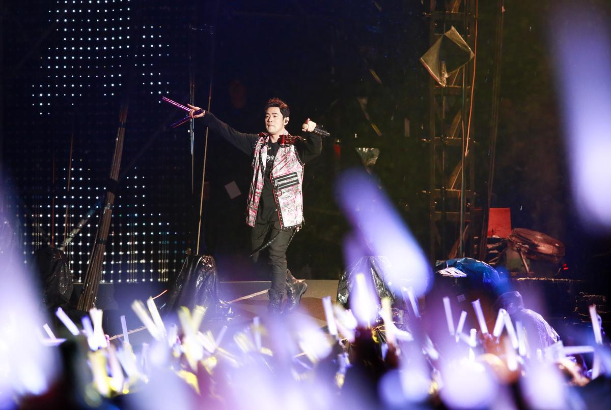周杰倫演唱〈雙截棍〉時,還特別帶著自己演唱會訂製的螢光雙節棍炒熱氣氛。
