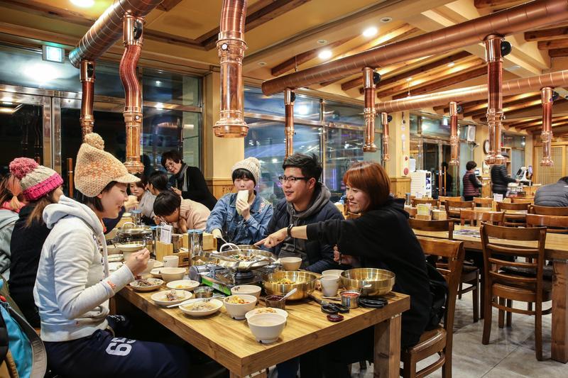 不捨得讓那盤韓國燒肉冷掉 連攝影師都撩落去