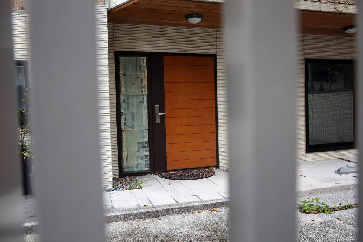 松助開發位於富錦街的辦公據點已人去樓空,過期的信件塞滿信箱,鄰居透露松助早已退租2個月。