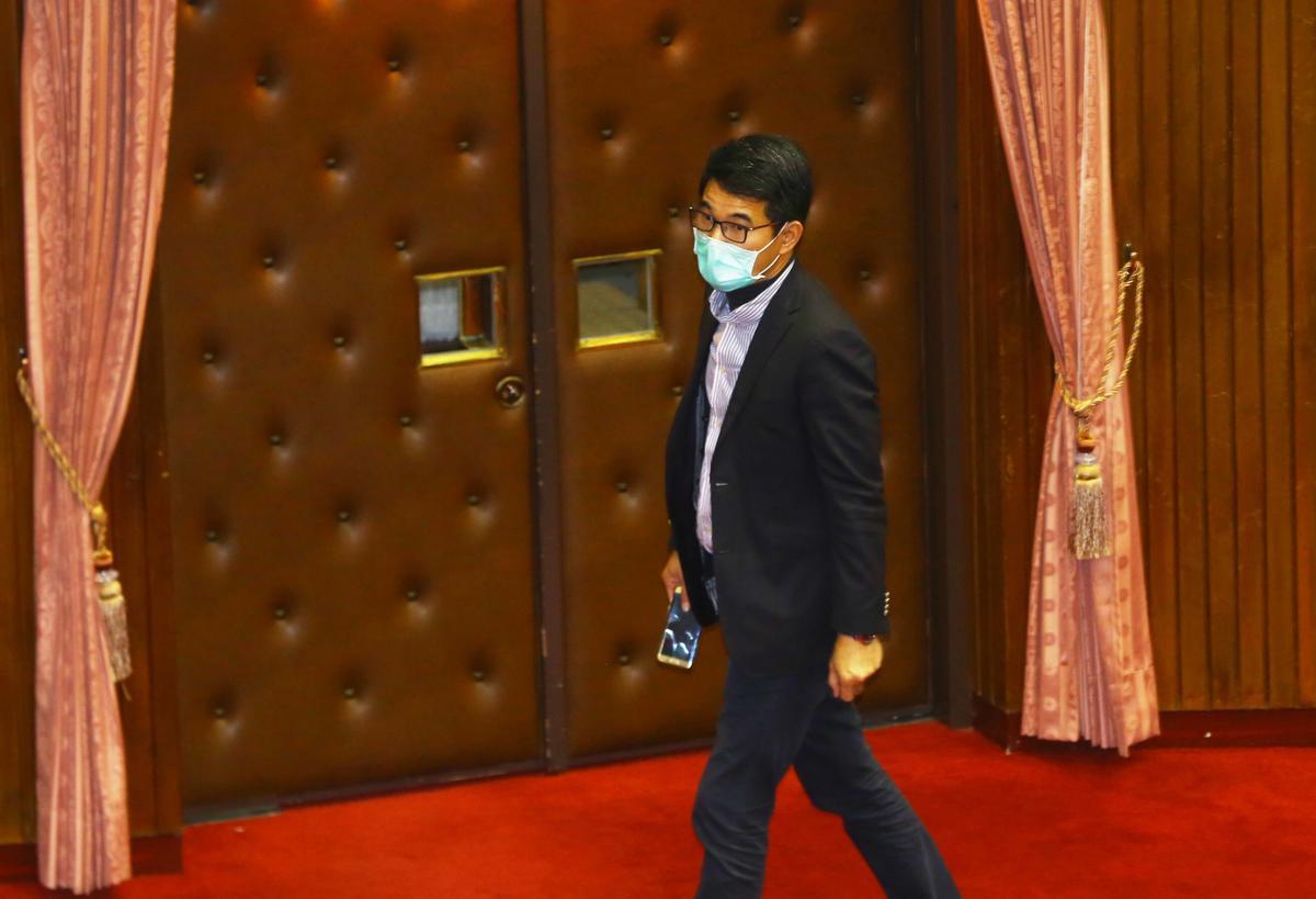民進黨立委劉建國(右)第一次表決時投下棄權。