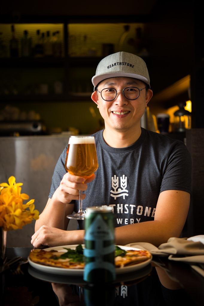 邱俊翔(Simon)本是腦袋塞滿邏輯理性的工程人,卻因啤酒長出浪漫的感性人格。
