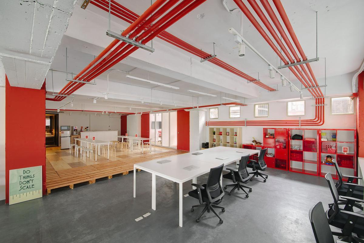 有偶幫旋轉拍賣台灣分公司設計的辦公室,採用刻意外露的紅色管線沿著天花、壁面彎轉,呼應社群網路世界的延伸。(有偶設計提供)