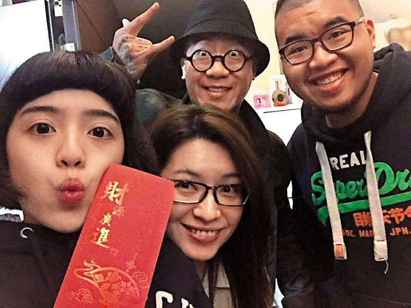 阮橋本(後左)一家4口最後的農曆新年合照,兒子阮聖翔(後右)展露開心笑容。(阮橋本提供)
