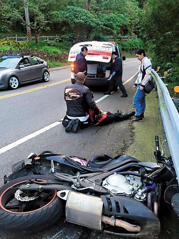 阮橋本在兒子過世後投入車禍救難。圖為他在北宜公路上陪伴事故傷患。
