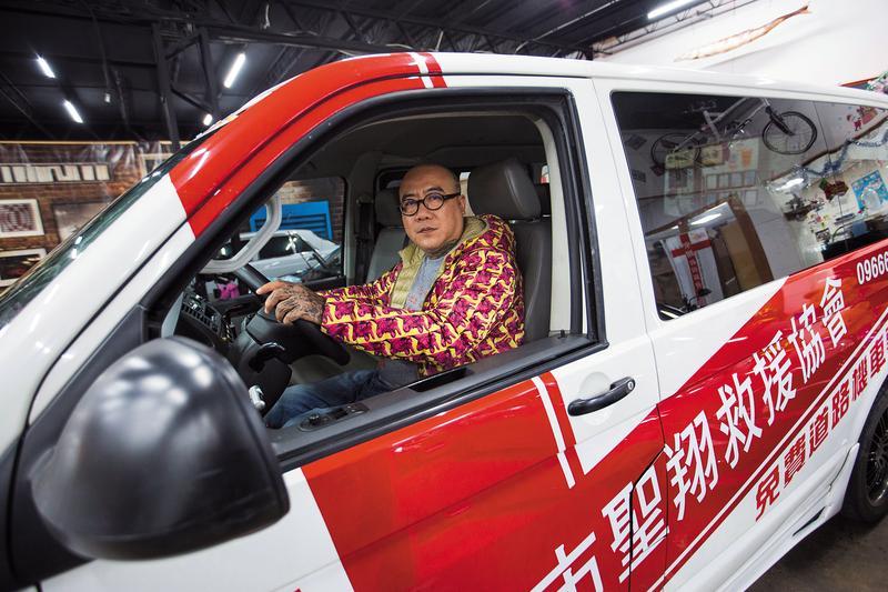 兒子過世後隔年,阮橋本以兒子名義成立「聖翔救援協會」,投入公益服務。