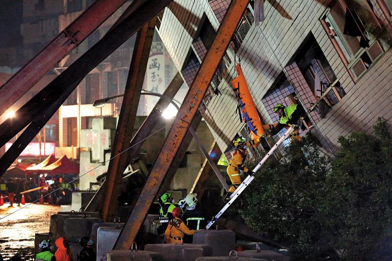 雲翠社區不斷傳出倒塌危機,緊急用多根鋼梁加固,救災人員則冒險深入,場面怵目驚心。