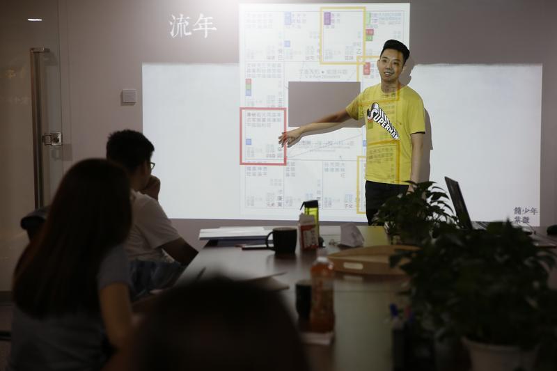 應該休假的週末,簡子復忙著開班授課,教授紫微斗數和面相,幫公司增加收入。