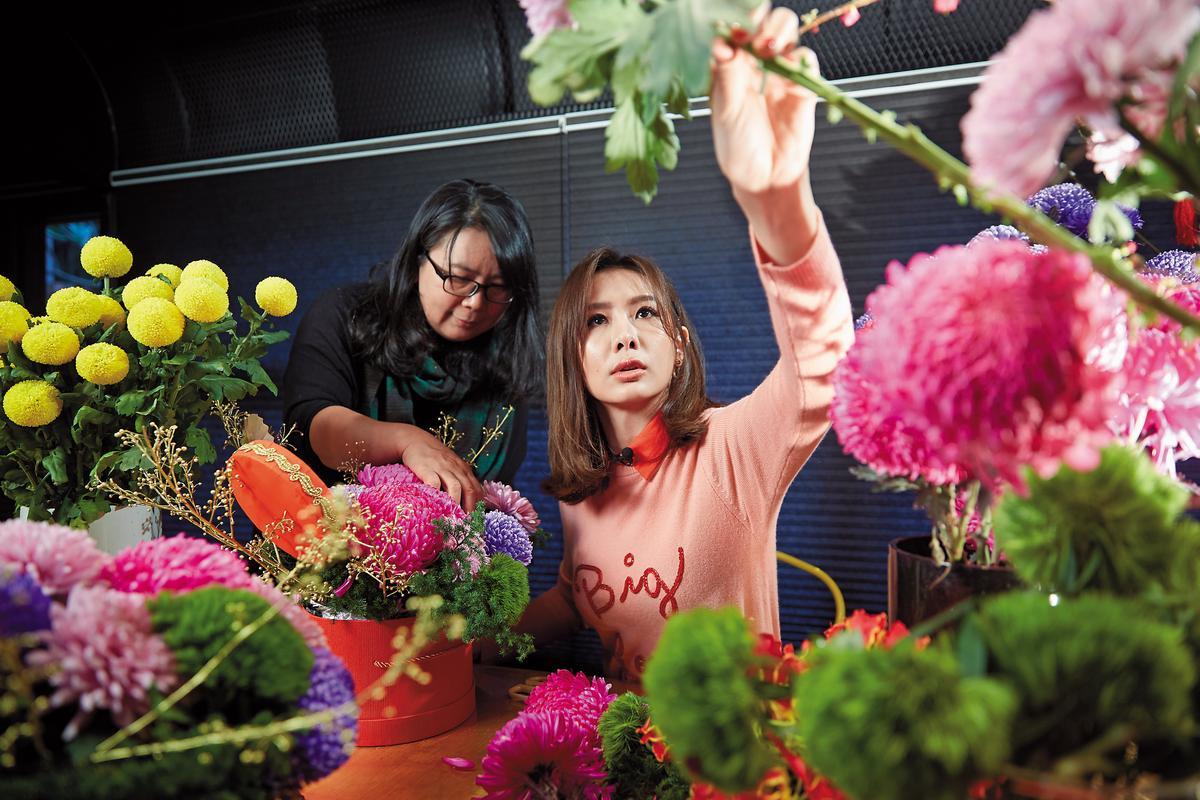 趁著過年,安心亞學習插花,她選擇桃紅色牡丹菊,要為單身許久的自己招桃花。