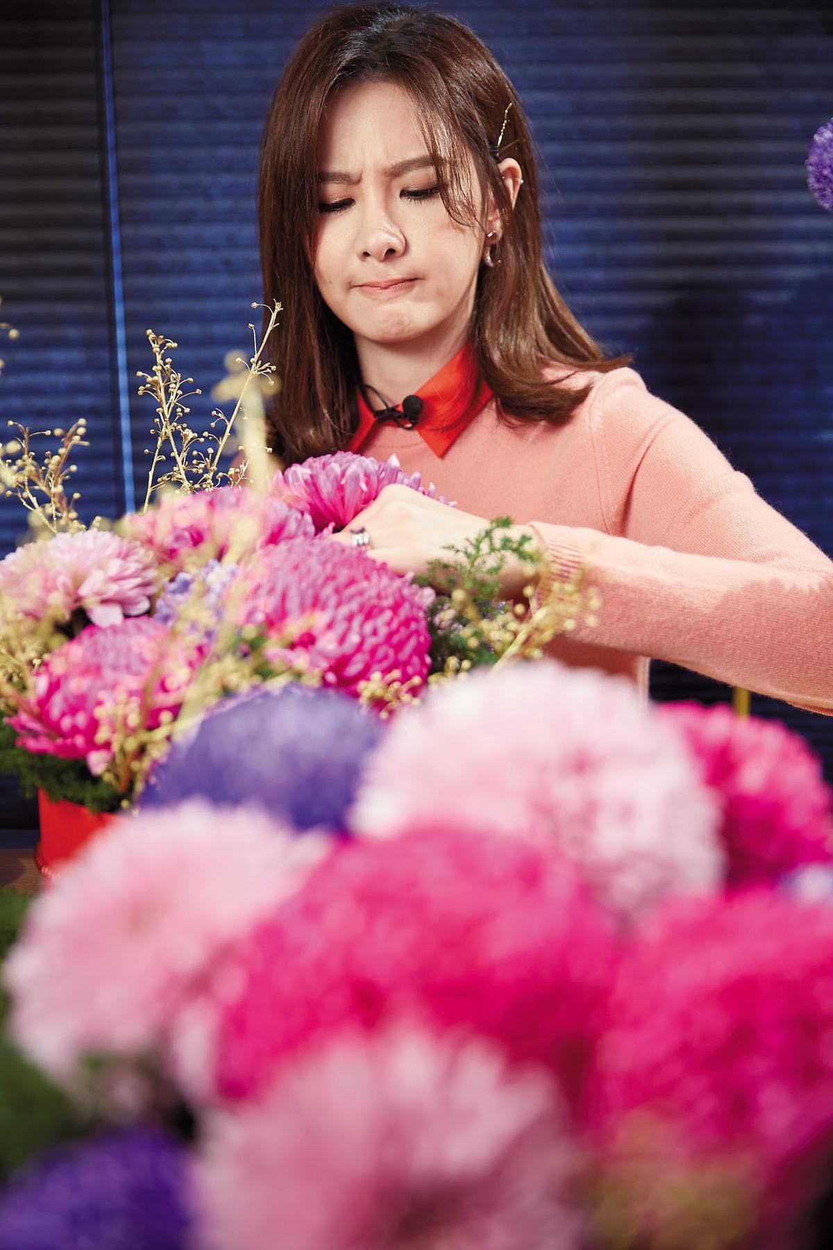 安心亞自認有插花天分,在老師教導下,使盡全力將花插進花盆。