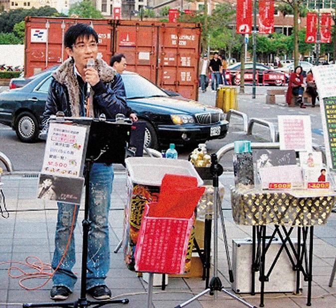 曾是暢銷歌手的江明學,發行《愛的淚珠》專輯創下18萬張的佳績。