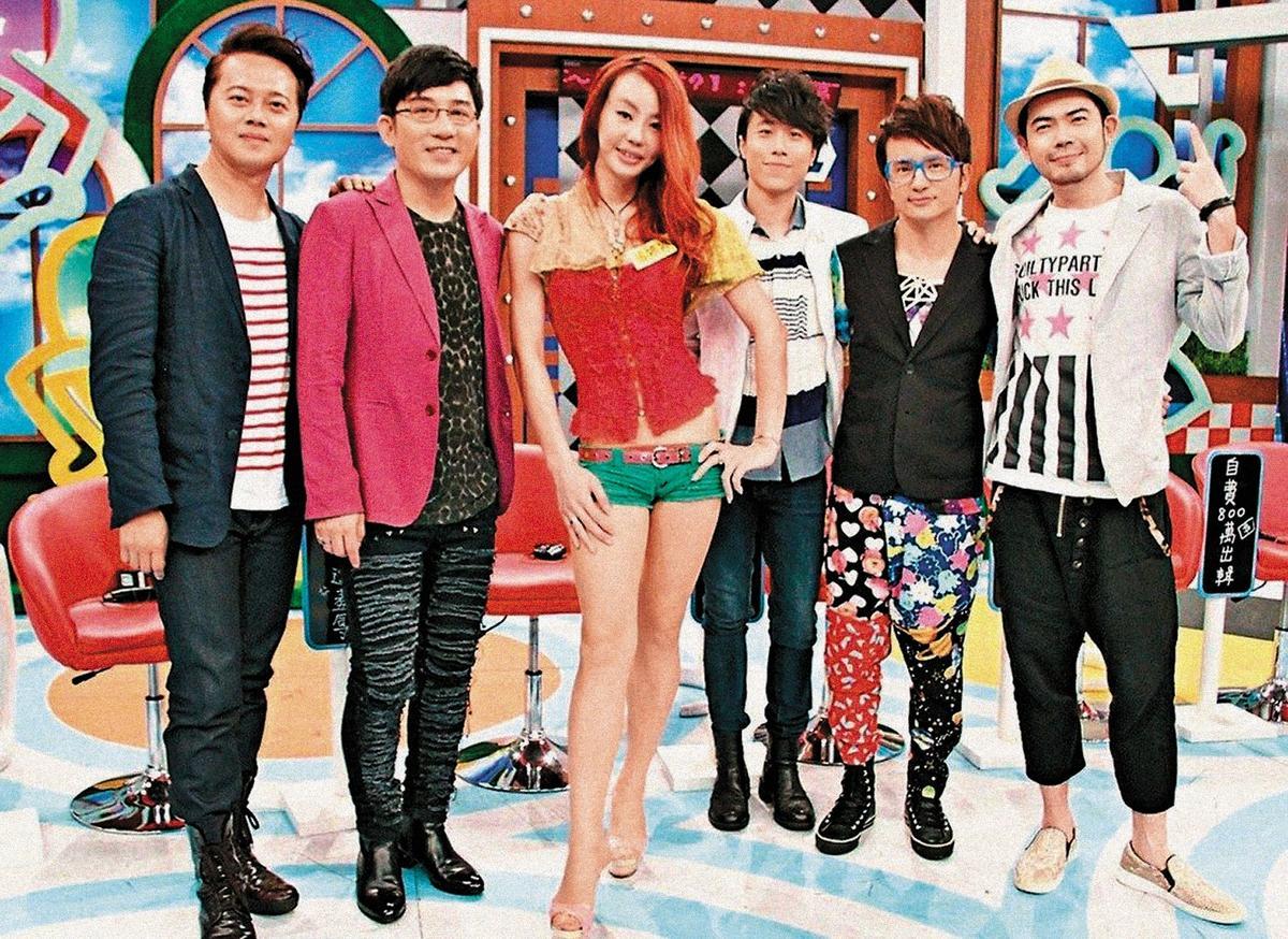 曾主持節目多年的江明學(左),偶爾會上電視通告,身材外表都保養得宜。右為法拉利姐。